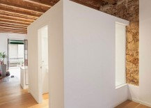 Central-cube-of-the-apartment-holds-the-bathroom-and-the-kitchen-217x155