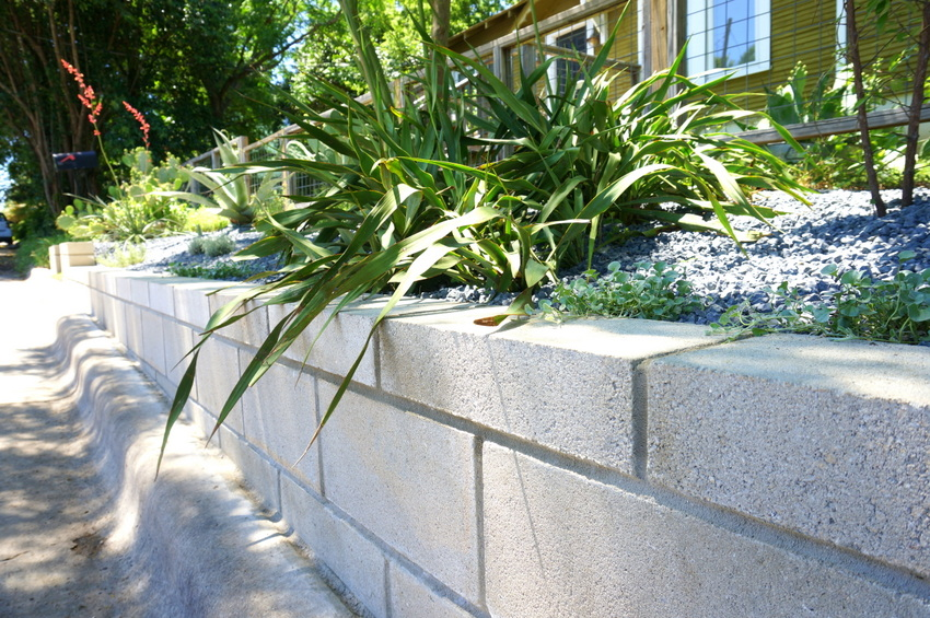 A diy cinder block retaining wall project Cinder block retaining wall