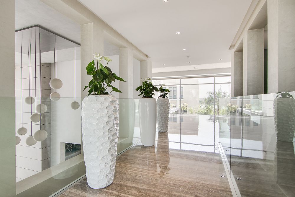 Large floor vases in white to decorate the corridors