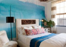 Watercolor-inspierd feature wall in the relaxed bedroom