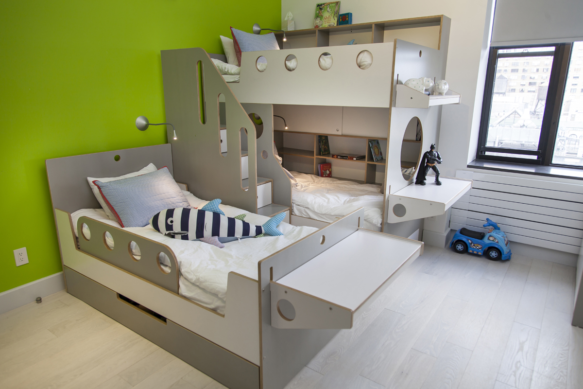 8 cool kids rooms your children won 39 t mind sharing for Bedroom ideas for 3 beds