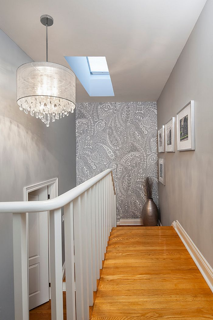 Chic wallpaper in gray with paisley pattern for the staircase wall [Design: Rad Design]