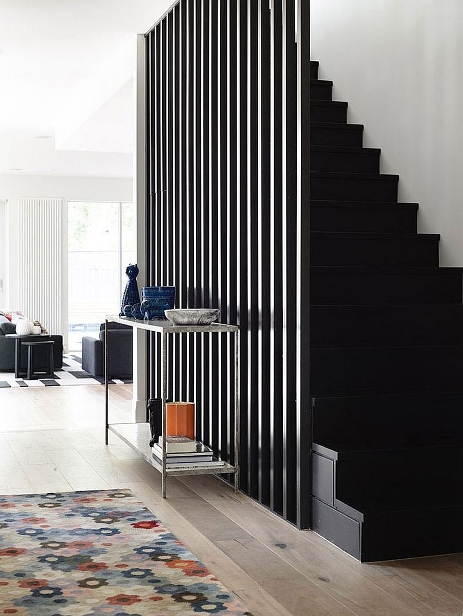 Elegant useof black in shaping the lovely interior