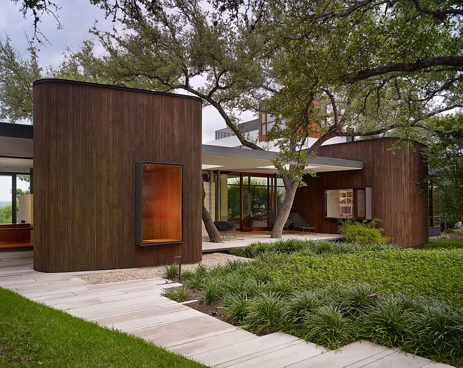 Gorgeous entry of the Lake View House in Texas Lake View Residence Promises a Relaxed Lifestyle in the Lap of Nature