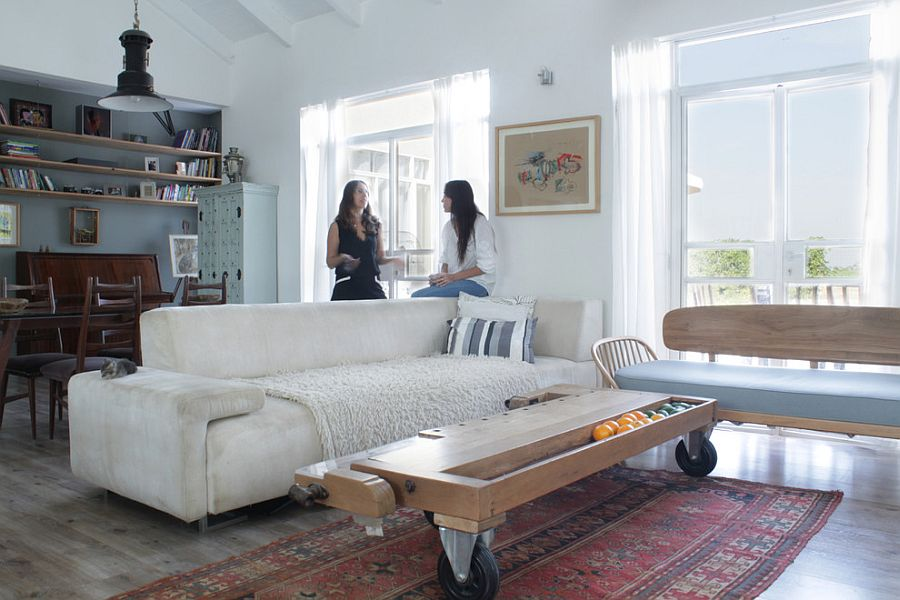 Ingenious coffee table on casters in the eclectic living room [Design: Esther Hershcovich]
