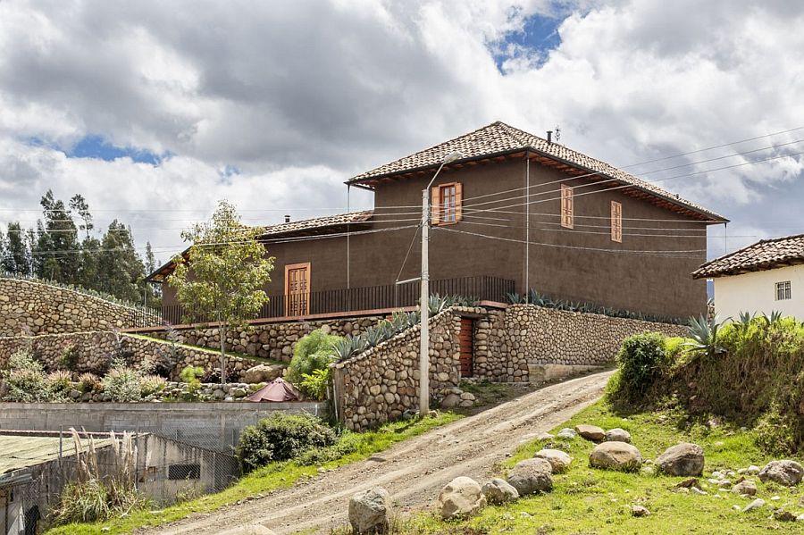 Modern Rustic Loma House in Ecuador