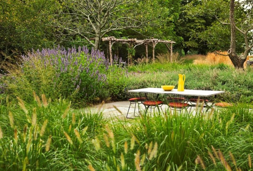 Peaceful setting for outdoor dining