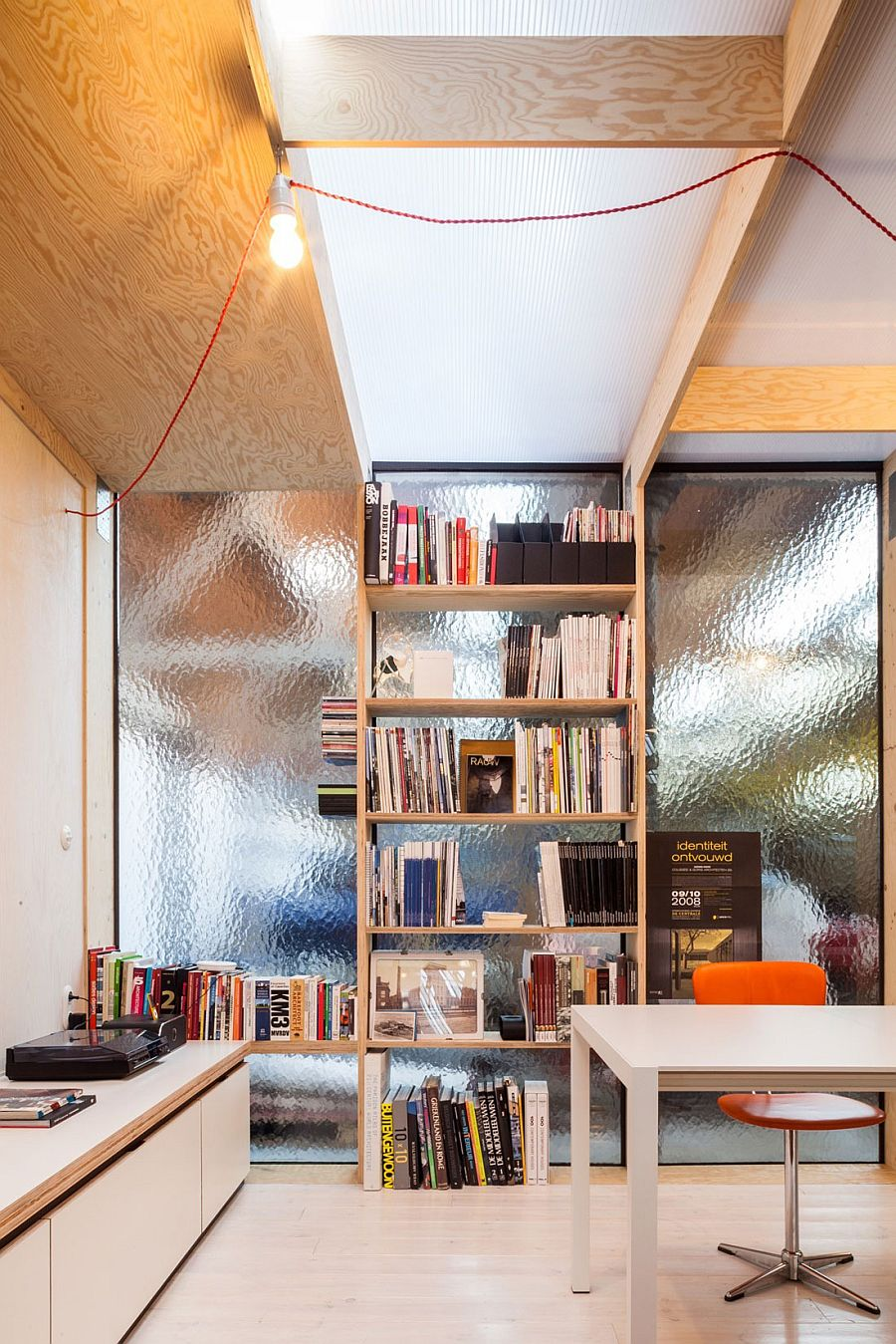 Smart wooden shelving idea for the modern home office