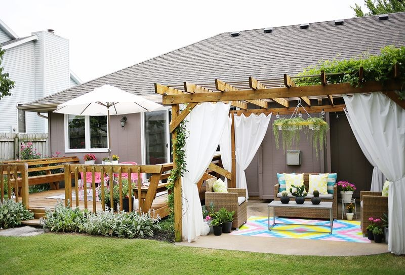 5 summer patios that showcase chic backyard design - Pergolas para patios ...
