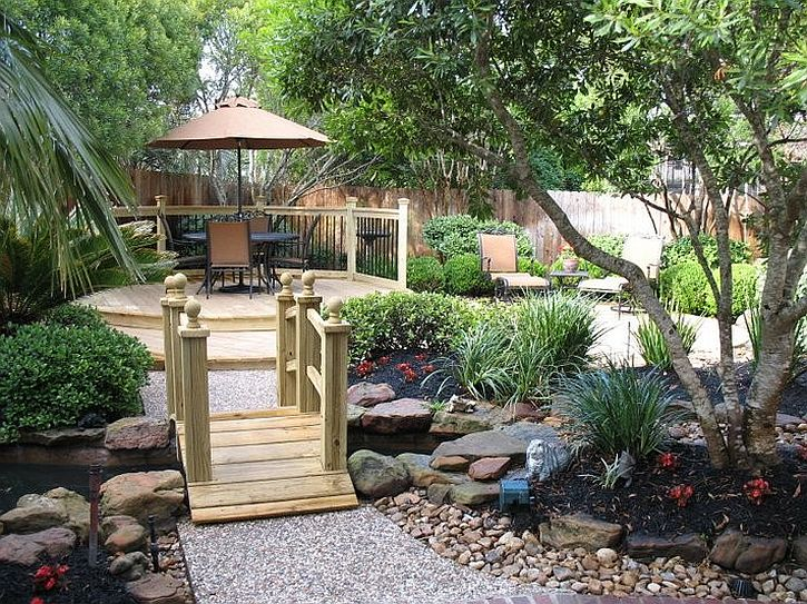 Garden bridges bring a dreamy holiday vibe to the backyard [Design: Cahal Construction]