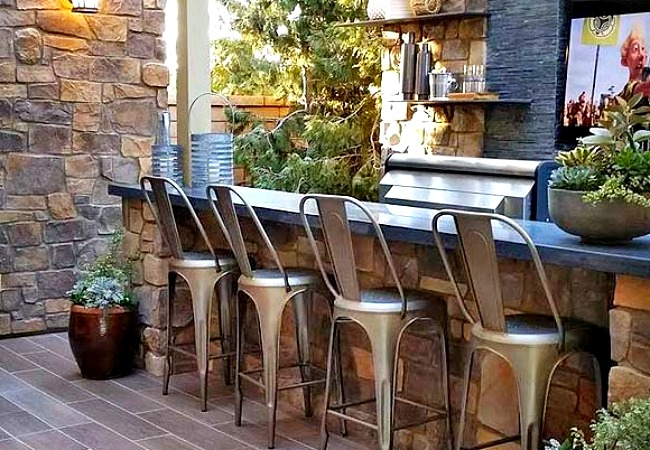 A touch of rustic beauty for your outdoor home bar