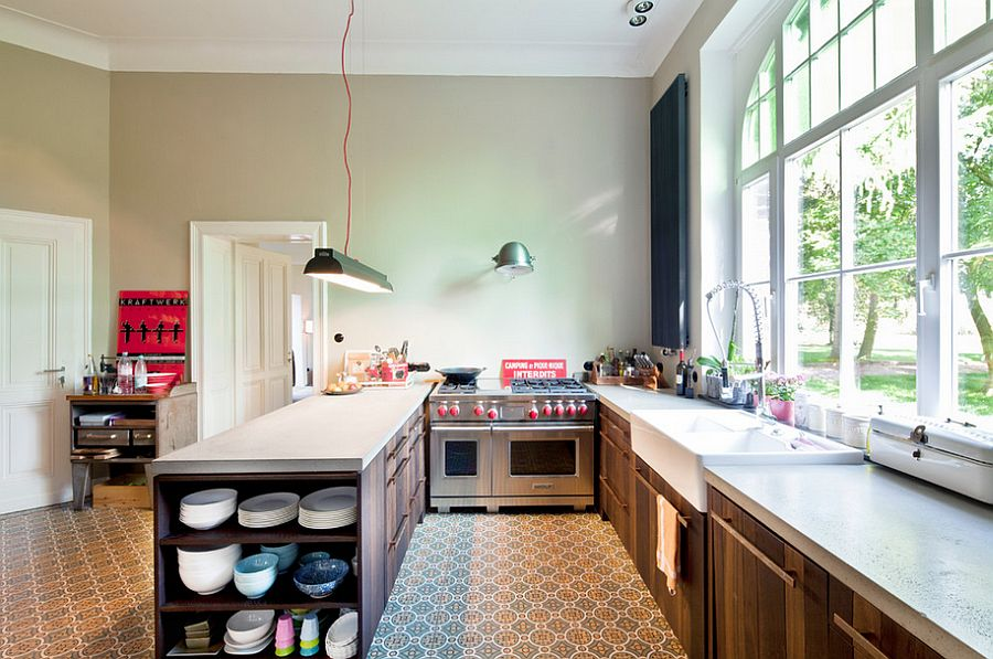 Kitchen peninsula and workstation with plenty of shelf space [Design: Sonja Speck]