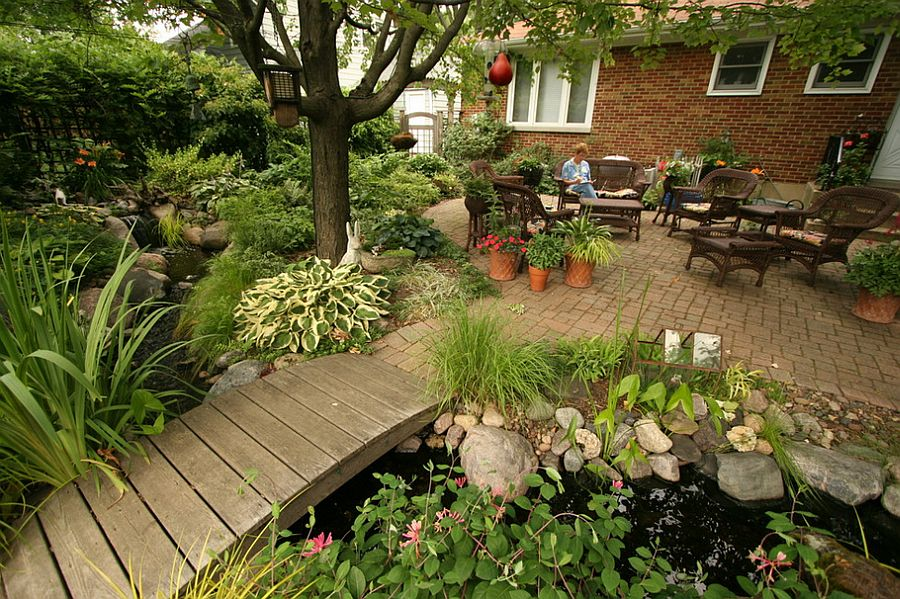 Small urban garden landscape with outdoor living, bridge and a water garden [Design: Aquascape]