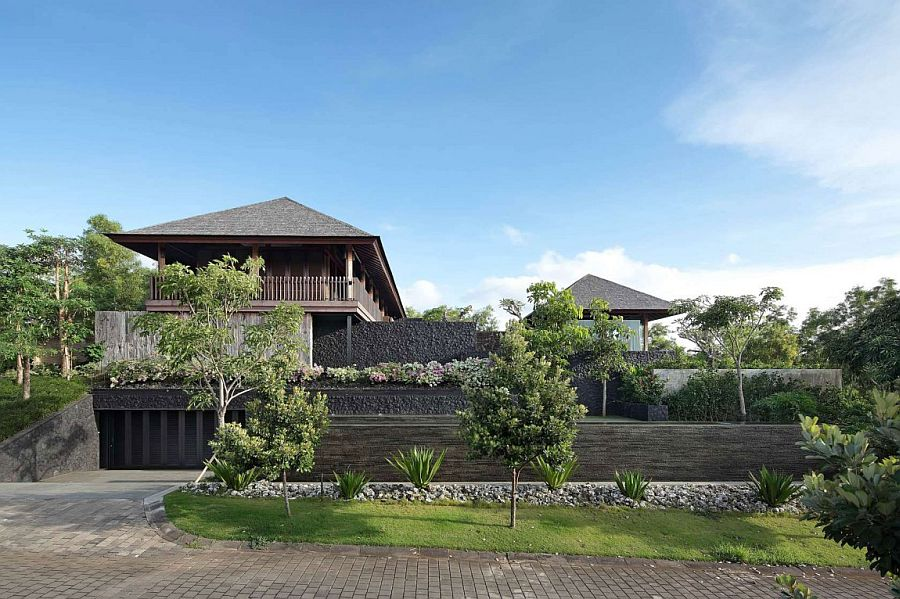 Street facade of the gorgeous VIlla Pecatu in Bali Villa Pecatu Bali: Exotic Blend of Natural Beauty and Modern Comfort