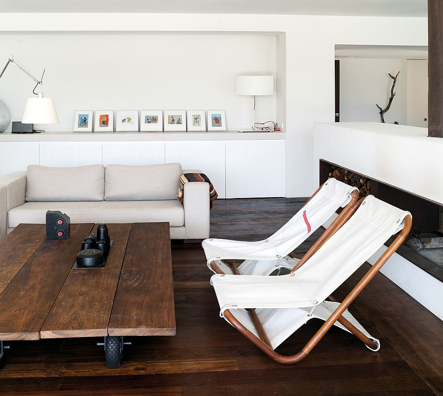 Wooden coffee table on casters brings novelty to the living room [Design: Enrique Kahle]