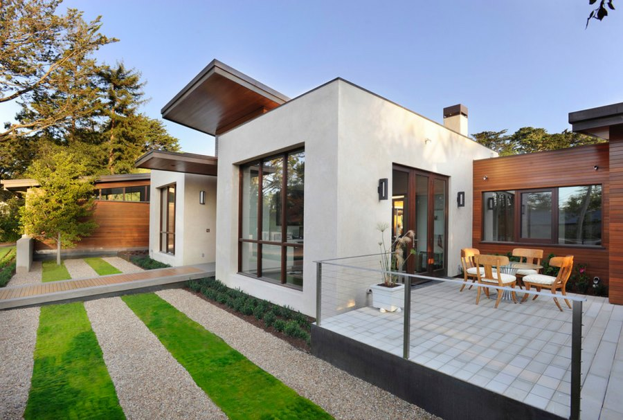 Alternating lawn and gravel in a contemporary outdoor space