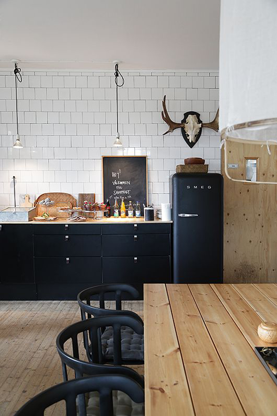 ... Fascinating Scandinavian kitchen with a dash of black