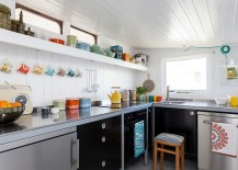 Ingenious use of kitchenware to bring color to the Scandinavian kitchen