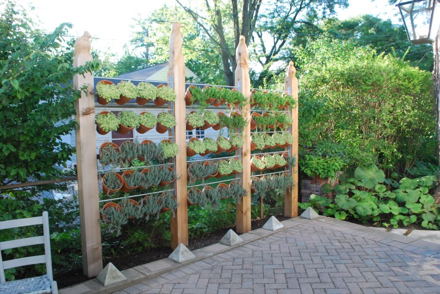 Modern privacy fence ideas for your outdoor space for Privacy wall planter