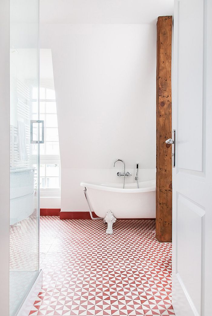 Red enlivens the traditional bathroom [Design: Babette Fischer]