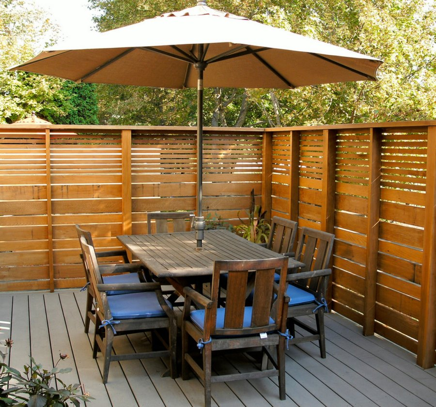 Modern privacy fence ideas for your outdoor space for Cheap patio privacy ideas