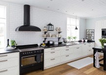 White backdrop of the kitchen lets the darker additions stand out visually [Design: Kungsäter Kök Göteborg]