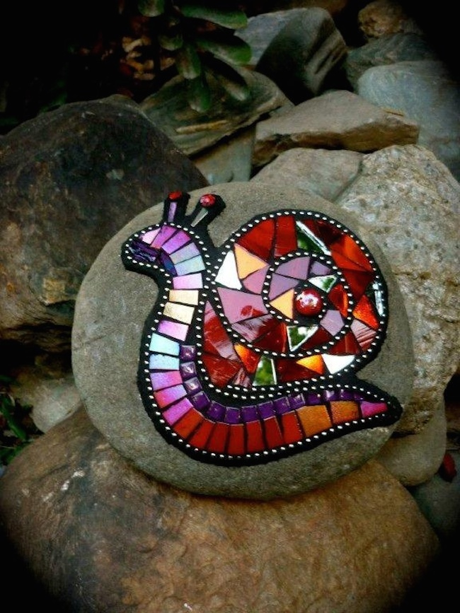 8 inspiring diy ideas for upcycling old cds for Mosaic garden art designs