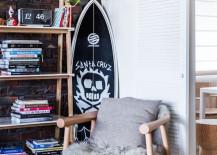den surfboard stood up 9 217x155 16 Beachy Surfboard Decorating Ideas