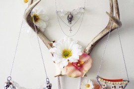 Antlers used to hold jewelry  18 Creative Ways to Decorate with Antlers Antlers used to hold jewelry 270x180