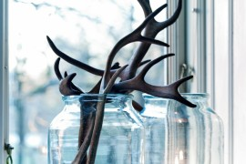 Antlers used with candles and glass jars  18 Creative Ways to Decorate with Antlers Antlers used with candles and glass jars 270x180