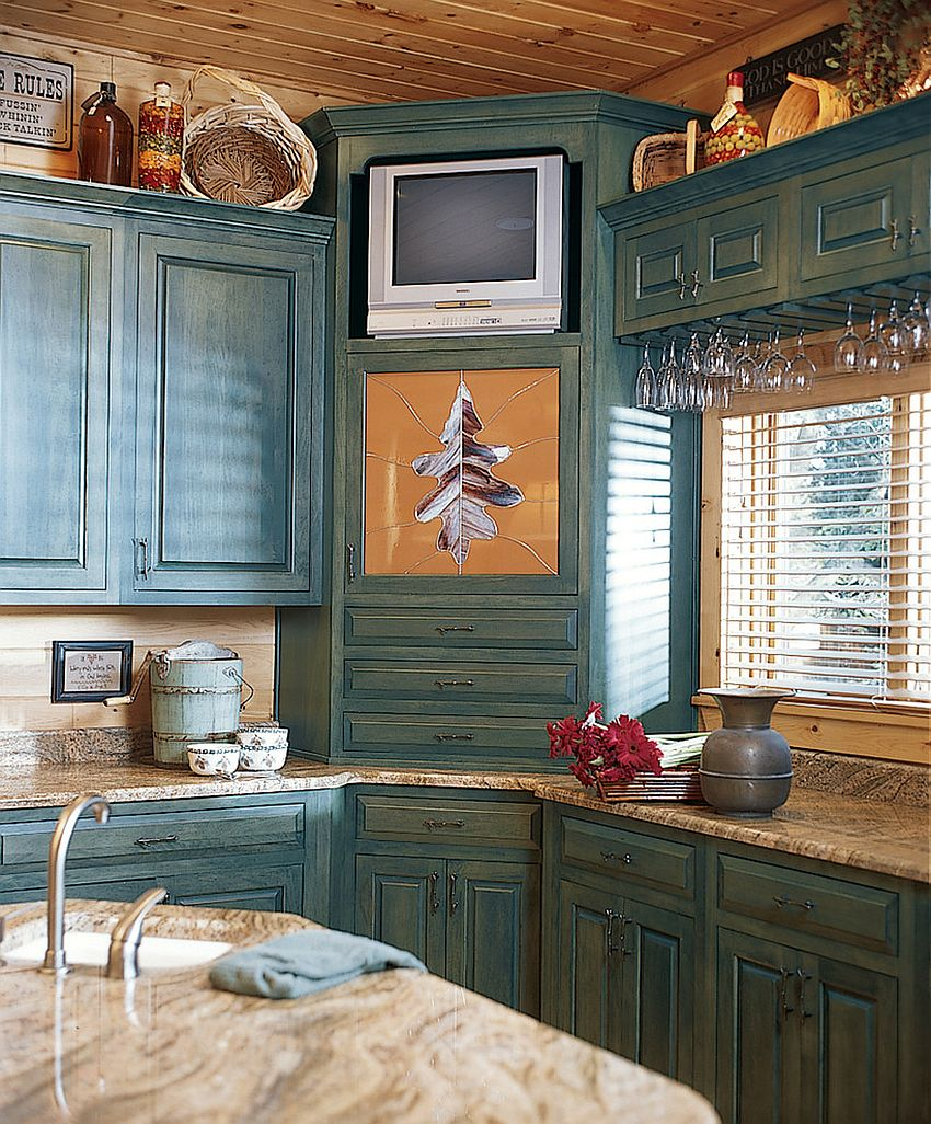 Farmhouse style kitchen with smart corner cabinets [Design: Katahdin Cedar Log Homes]