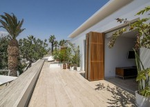 Foldable doors made from natural materials connect the interior with the social areas outside
