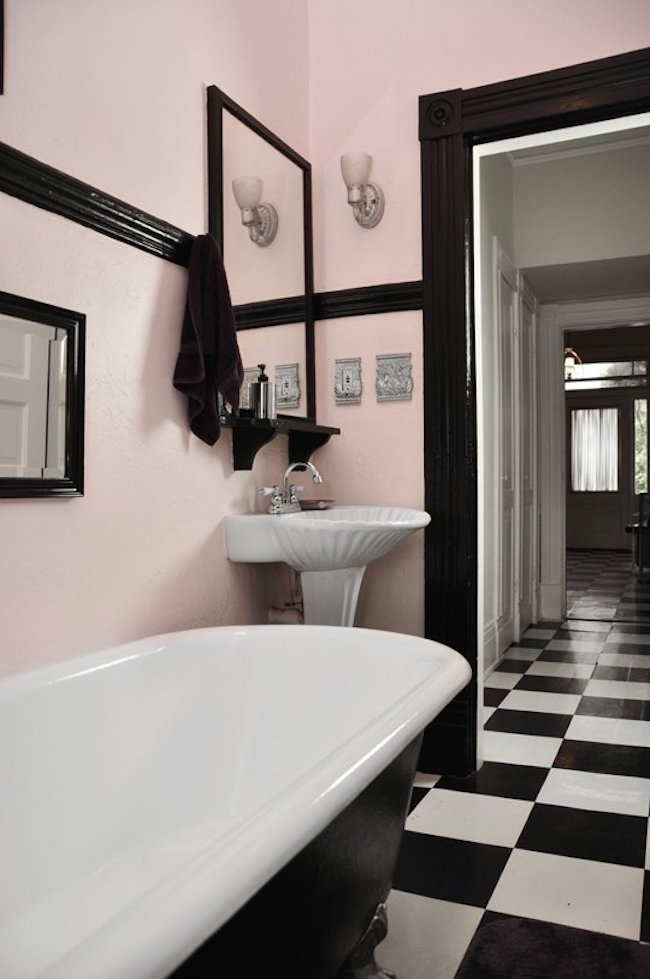 Spectacularly pink bathrooms that bring retro style back - Salle de bain rouge et blanc ...
