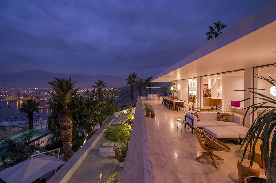 Hillside Ancón Residence with sparkling view of the city below