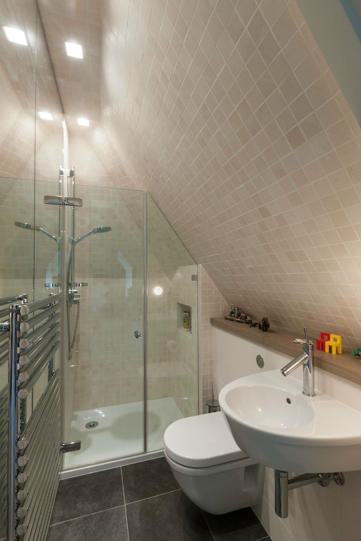 15 attics turned into breathtaking bathrooms for Small bathroom with sloped ceiling