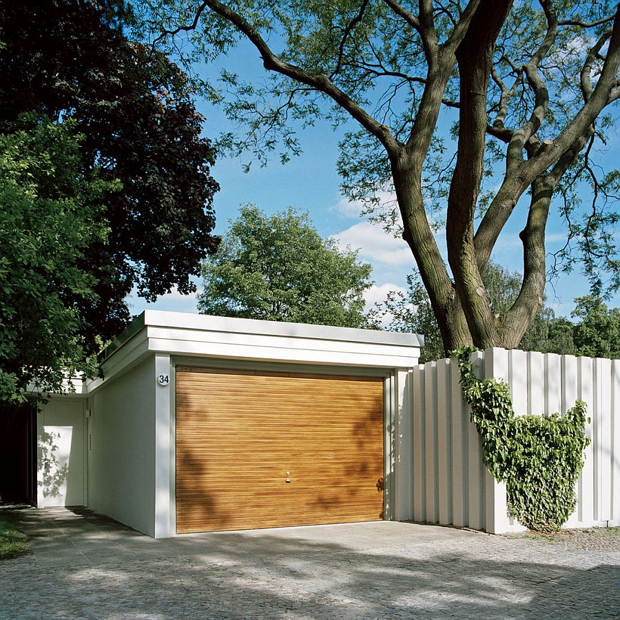Street facade and parking space of the Courtyard House in Berlin