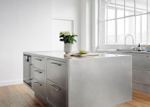 Base-of-the-stainless-steel-kitchen-island-gives-it-a-breezy-appeal-217x155