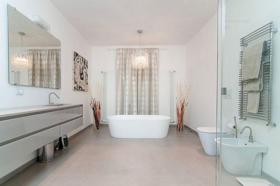 Candelier above the bathtub in the contemporay bathroom