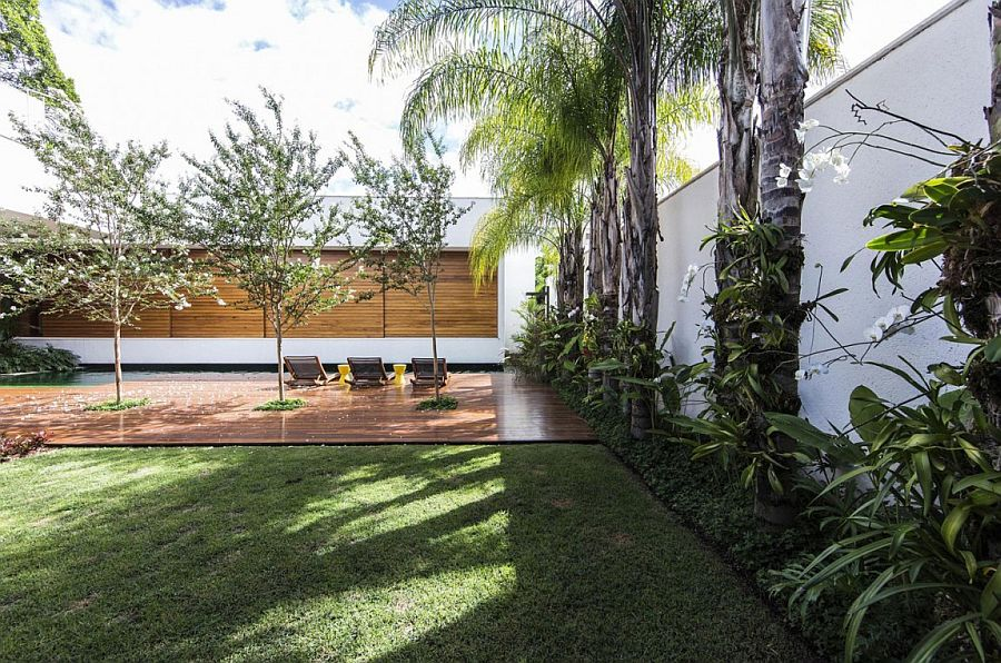 Cetral courtyard of the Brazilian home with wooden deck