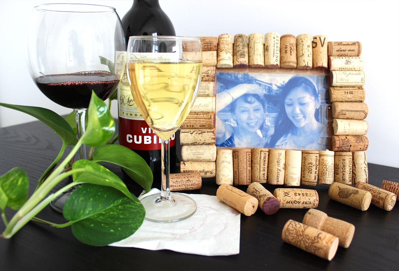 How to make a cute and rustic picture frame using recycled wine corks jeuxipadfo Image collections