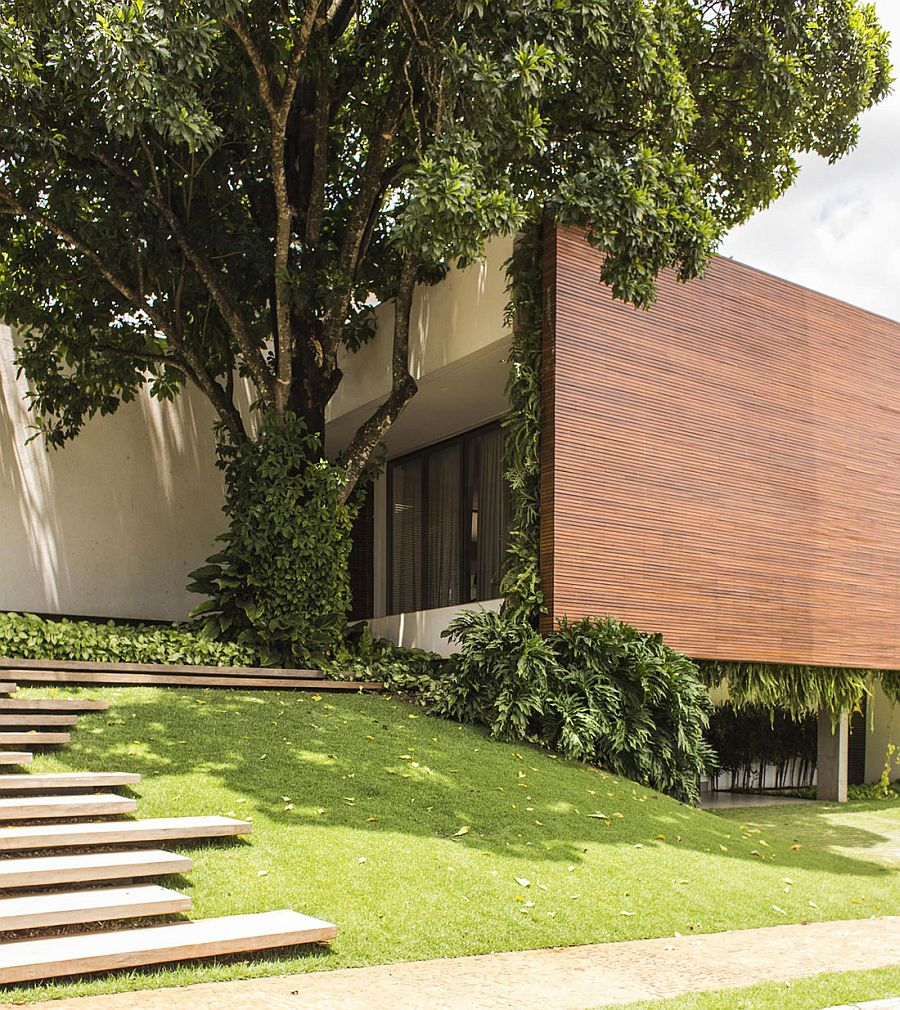 Large wooden wall brings privacy to the contemporary Brazilian home