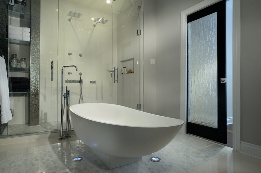 Modern bathrooom with a rain glass door