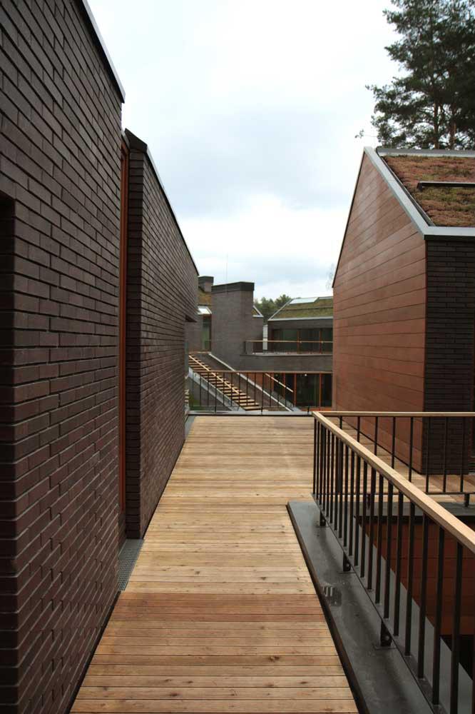 Mossine Partners house wood walkway