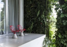 Natural-greenery-covers-the-contemporary-home-and-extends-indoors-217x155