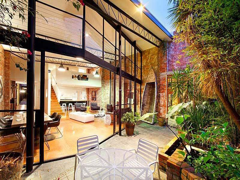 Beautiful brick walls warehouse conversion in fitzroy Opening glass walls