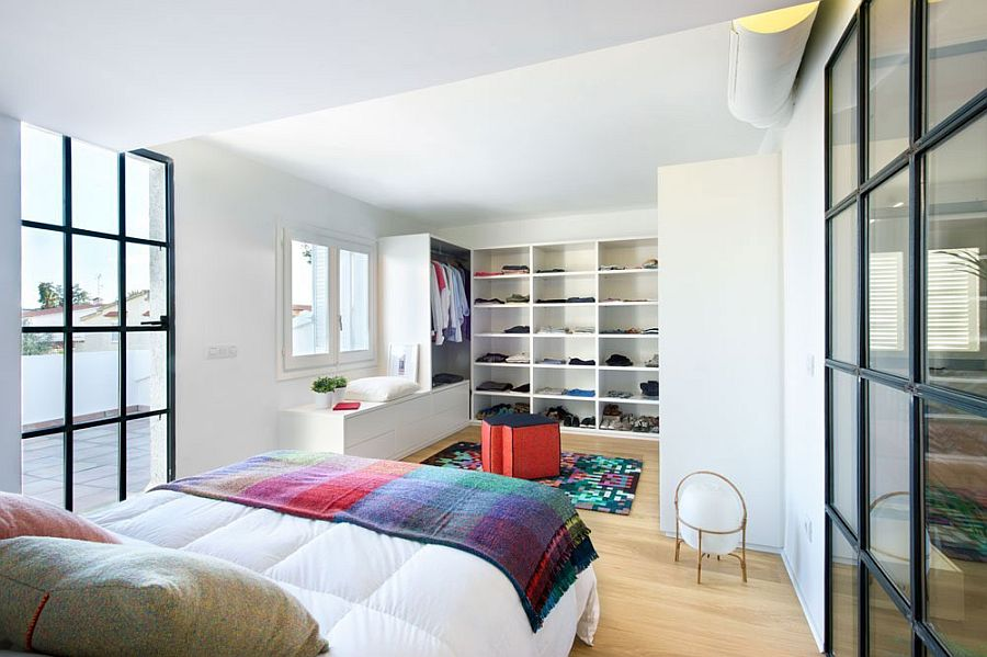 Open walk-in closet design for the contemporary bedroom
