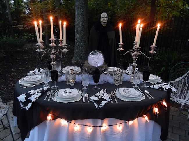 20 halloween inspired table settings to wow your dinner party guests. Black Bedroom Furniture Sets. Home Design Ideas