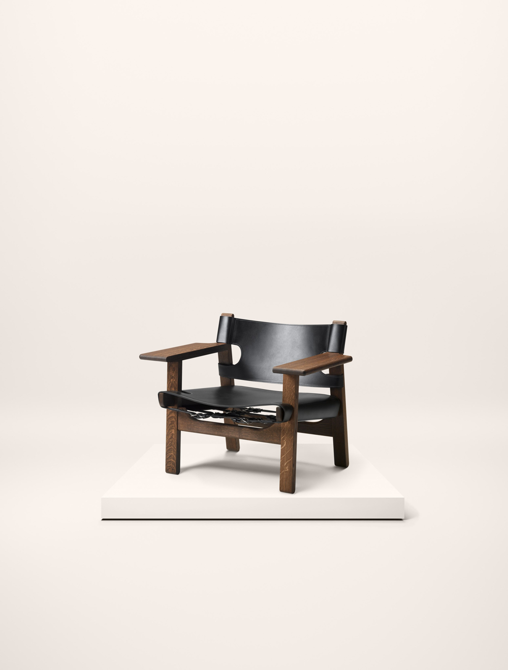 The Spanish Chair in smoked oak with black-coloured saddle leather.