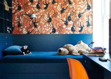 Trundle bed in navy blue and Deco Monkeys in biscuit by De Gournay wallpaper for the vivacious kids' room