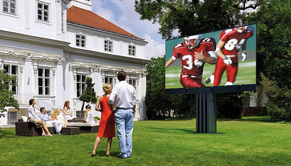 Awesome outdoor TV for the expansive outdoor home theater [Design: VIA – Los Angeles]